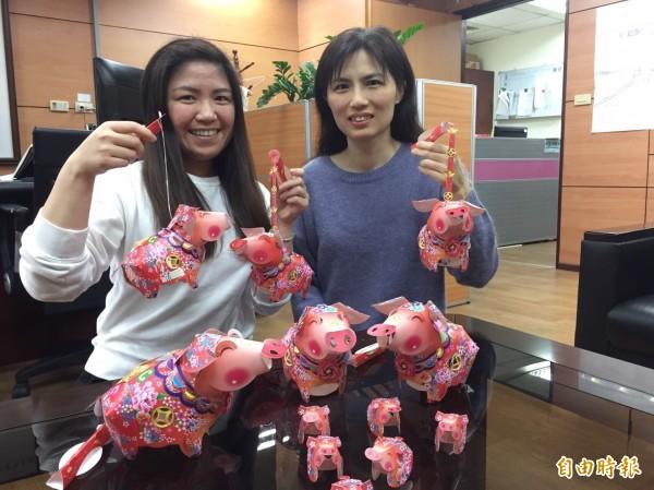 基隆市交旅處18日起免費送1千盞花布招財豬小提燈。(記者盧賢秀攝)