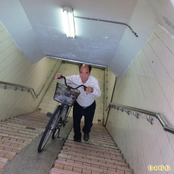 烏日里的人行及單車地下道的樓梯及坡道太陡,里長廖福說,牽著單車太吃力,附近住戶希望改善。(記者蘇金鳳攝)