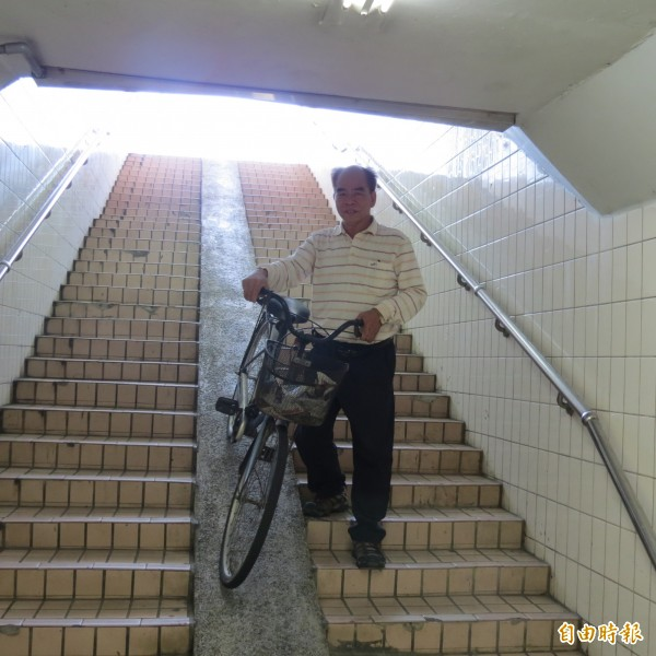 烏日里的人行及單車地下道的樓梯及坡道太陡,里長廖福表示,牽著單車太吃力,附近住戶希望改善。(記者蘇金鳳攝)