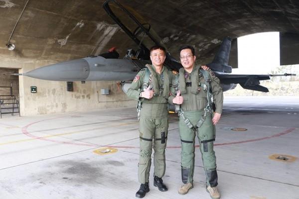 空軍軍醫組長江國超(右)同乘F16戰機創下首例。(圖:取自空軍司令部臉書專頁)
