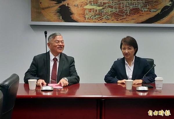 經濟部長沈榮津(左)親自到台中市政府,與市長盧秀燕協商台中火力發電廠4號機組除役問題。(記者張菁雅攝)