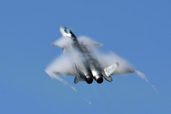戰機飛行常見機翼與空氣的摩擦所產生的水霧。(航空迷「瘋狗輪」提供)