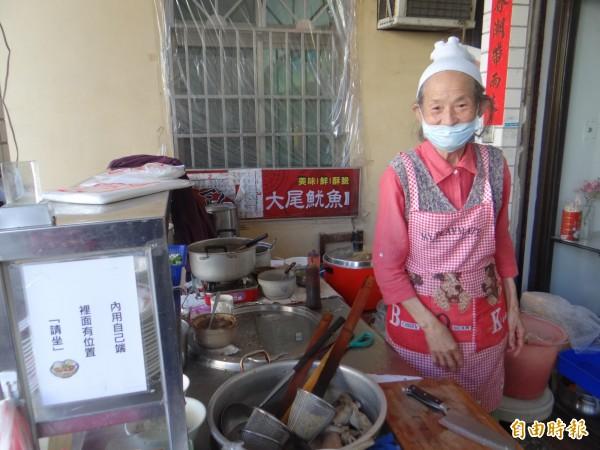 86歲阿婆在虎尾科技大學附近開設「婆婆的店」麵攤,以銅版價照顧學子,善心深獲好評。(記者黃淑莉攝)