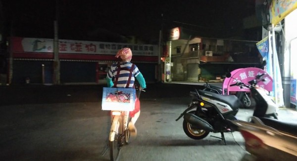 「長春36號」紀錄片中拍攝到阿婆天未亮騎著腳踏車外出採買備料。(記者黃淑莉翻攝)
