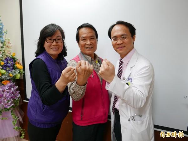 詹先生(中)罹患胰臟癌第4期,在妻子(左)支持下勇敢抗癌,與醫師彭正明(右)呼籲病友「有治療就有希望」不要放棄。(記者蔡淑媛攝)