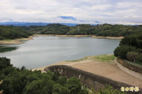 永和山水庫水位持續下探,原本淹沒在水底的大片黃土裸露。(記者鄭名翔攝)