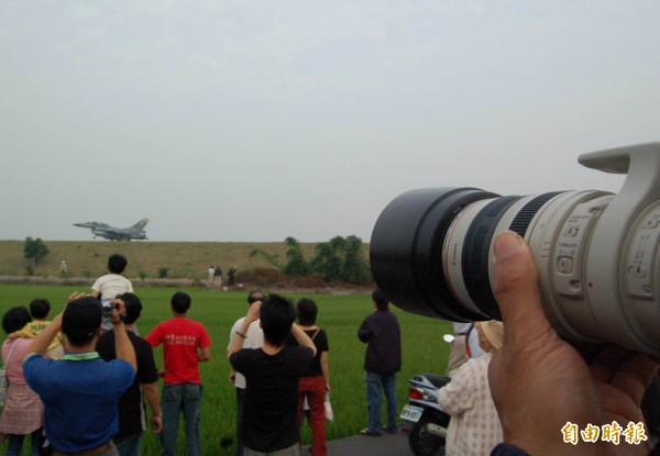 12年前國道1號花壇戰備道戰機起降,吸引爆滿民眾與軍事迷觀看拍照。(資料照)
