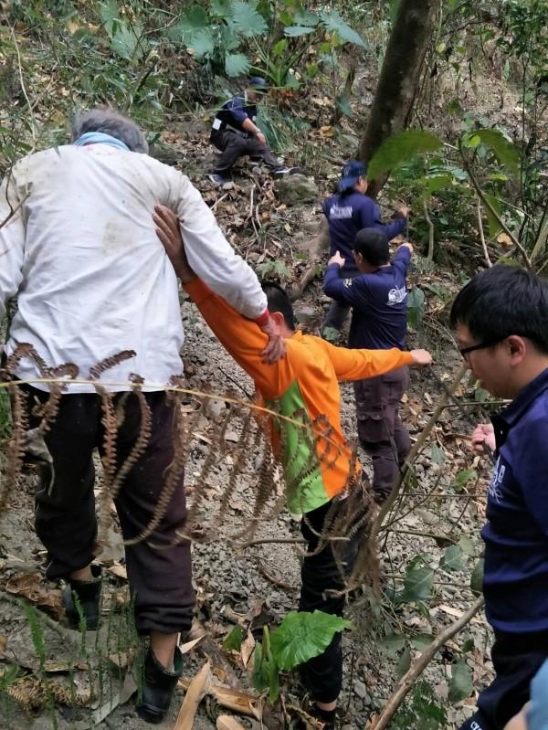 嘉義縣消防局上山救援跌落邊坡的老翁,及下坡尋人也受困的友人。(嘉義縣消防局提供)