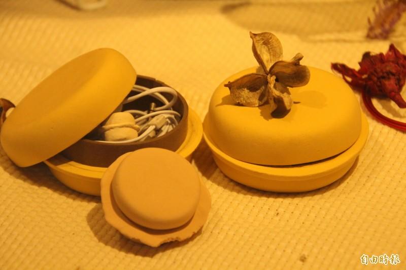 台灣火紅的常民小吃紅豆餅化身為耳機盒。(記者黃美珠攝)