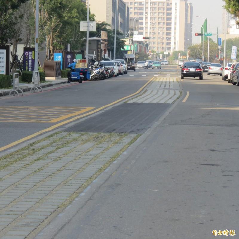 烏日高鐵特定區的道路植草磚破損嚴重,但市府的補強挨批如同衣服補丁,非常難看。(記者蘇金鳳攝)
