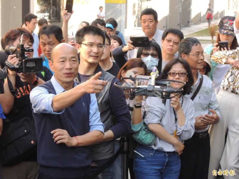 韓國瑜參訪自造特區,對空拍機的特效運用印象深刻。(記者王榮祥攝)