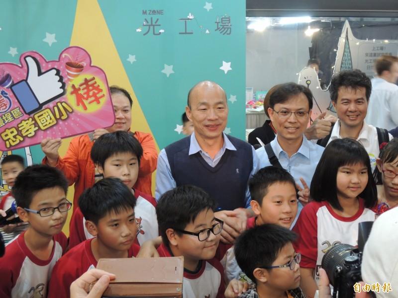韓國瑜與參加自造特區活動的學童合影(記者王榮祥攝)