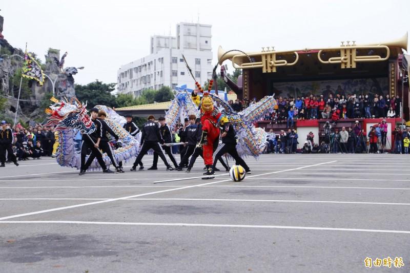 2019苗栗火旁龍舞龍競技,「三義龍藝」奪下銀質獎及創新獎。(記者彭健禮攝)