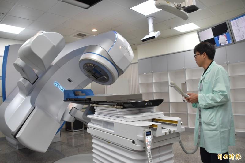 高雄義大醫院斥資上億元添購全台首部6D速鋒刀治癌新利器。(記者蘇福男攝)