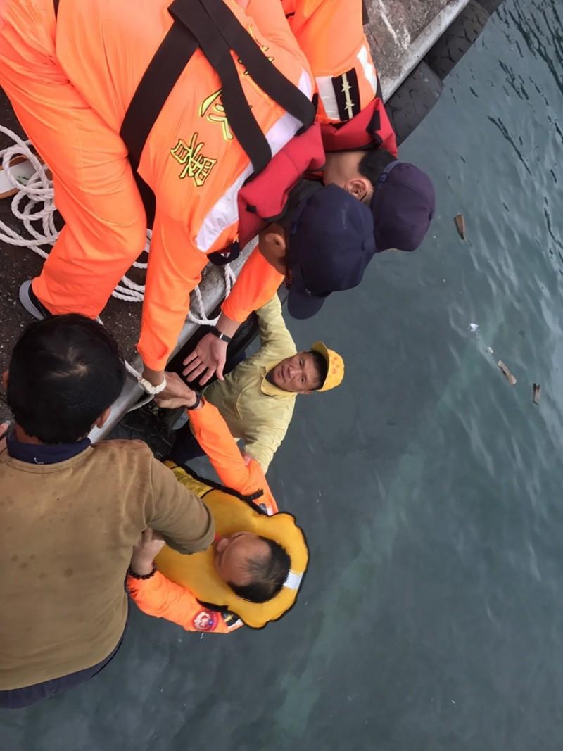 落海的賴姓工作人員被海巡人員救起。(第一二岸巡隊提供)