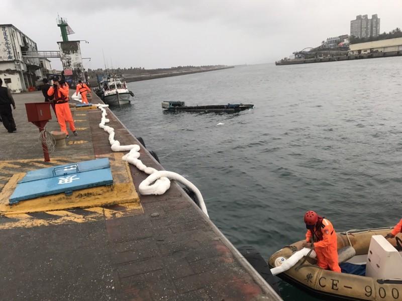 吊車落海後沉入港內,海巡人員已調派另輛吊車來吊掛,並持續查看防止油污外漏。(第一二岸巡隊提供)