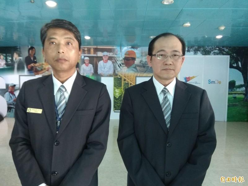 蔡英傑(左)率陳姓移民官(右)說明過程。(記者洪定宏攝)