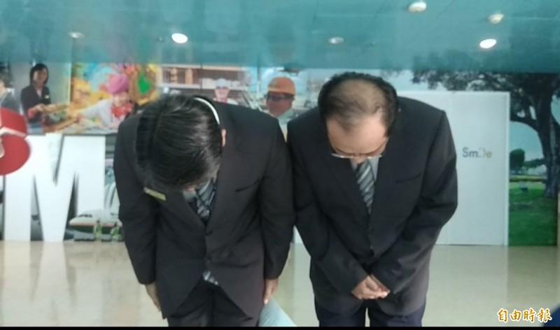 高雄機場國境事務隊隊長蔡英傑(左)陪同陳姓移民官(右)鞠躬道歉。(記者洪定宏攝)
