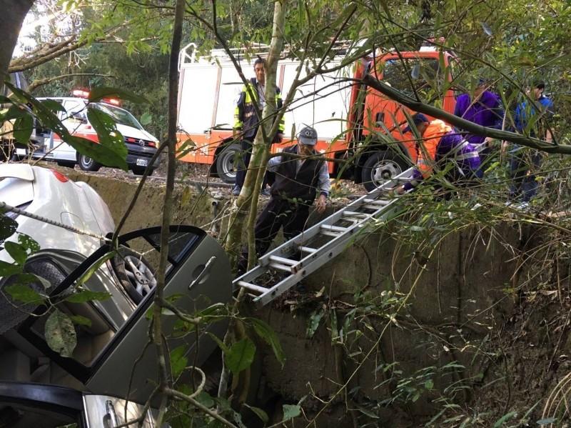 嘉義縣消防局試辦「太平消防站」,2月初就近搶救在龍宮瀑布附近道路意外衝落邊坡的人車。(圖由嘉義縣消防局提供)