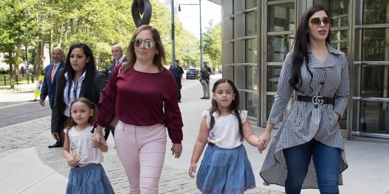 艾絲普蘿(右)去年11月一身名牌行頭,帶著一對女兒出席丈夫的庭訊。(美聯社)