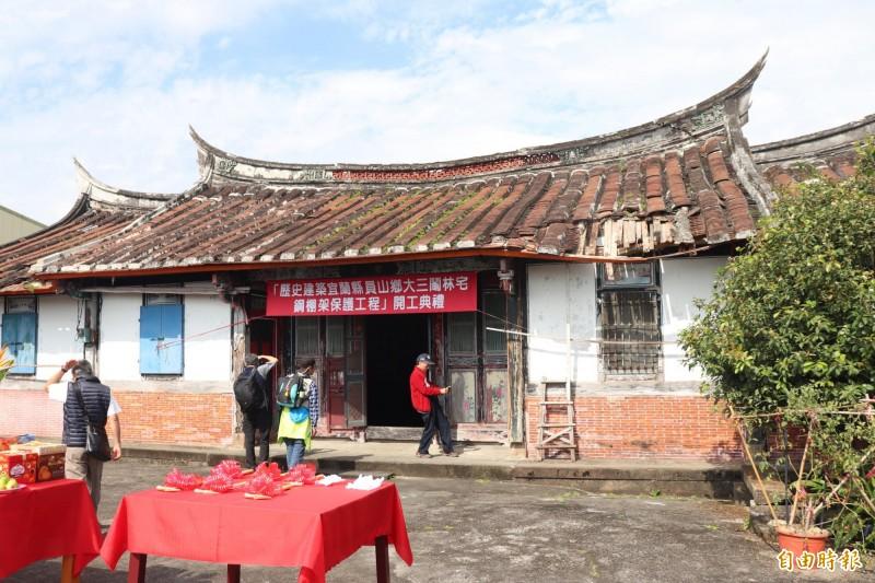 林宅特色為屋頂上的翹脊,在台灣相當少見。(記者林敬倫攝)