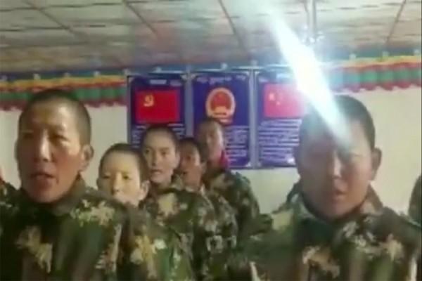 中國在西藏集中營強迫比丘尼穿軍裝、唱「紅歌」。(圖取自西藏人權與民主促進中心網站)