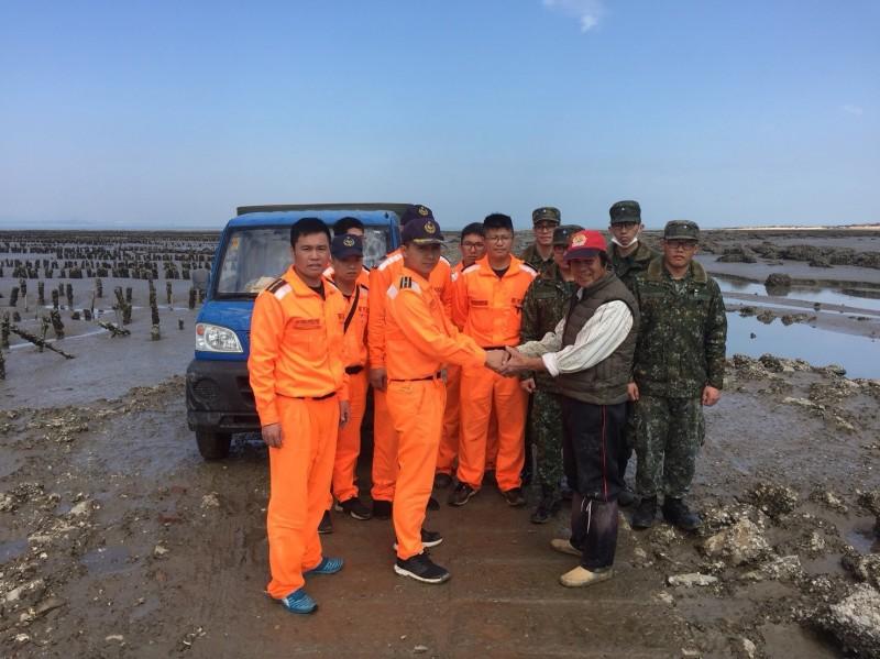 李姓村民感謝金門岸巡隊及駐軍聯手協助小貨車脫困。(金門岸巡隊提供)