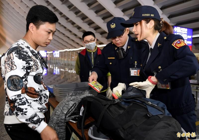 越捷航空VJ-942班機15日晚間六點自越南河內飛抵桃園機場,該航班旅客成為首批越南入境台灣旅客手提行李百分百檢查對象。(記者朱沛雄攝)