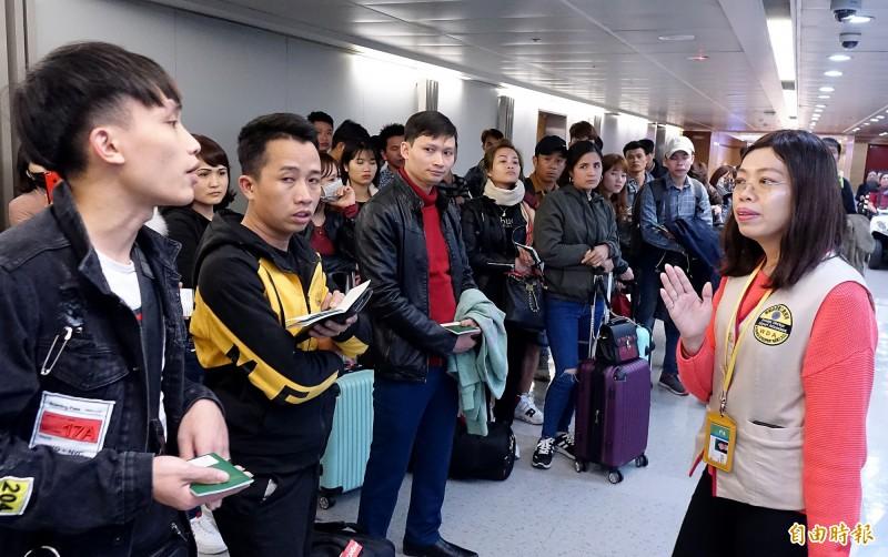 來自越南的豬肉三明治驗出非洲豬瘟病毒,農委會宣布15日晚間6點起,將越南來台旅客列入手提行李百分之百檢查對象,為外籍移工接機的勞動部人員向移工們宣導防疫新措施。(記者朱沛雄攝)