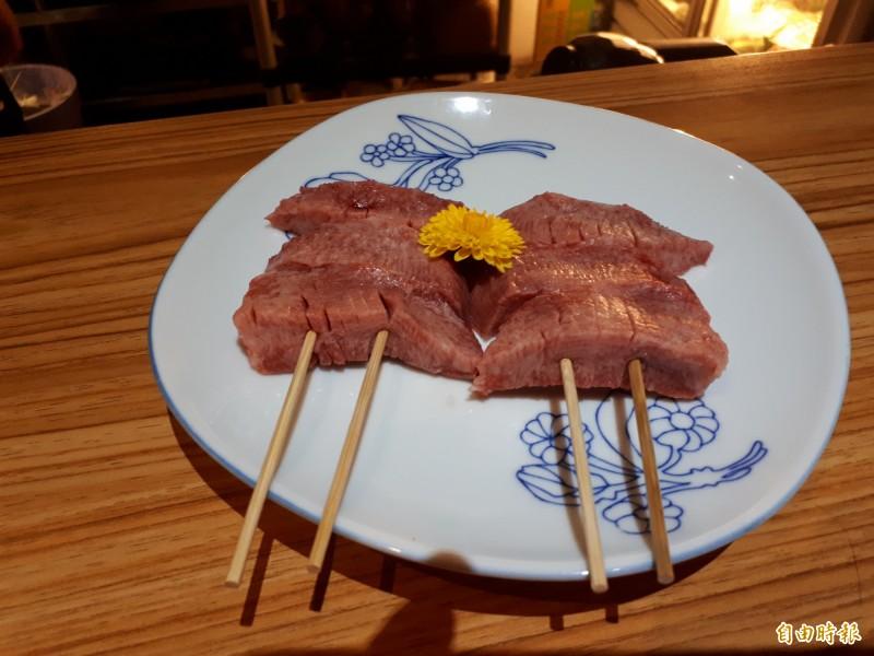 鐵釜內的頂級美味料理「烤牛舌」,選用上等部位的牛舌以高溫200度燒烤而成,只需撒點鹽巴就很美味,清脆的口感,讓老饕驚豔且念念不忘。(記者洪美秀攝)