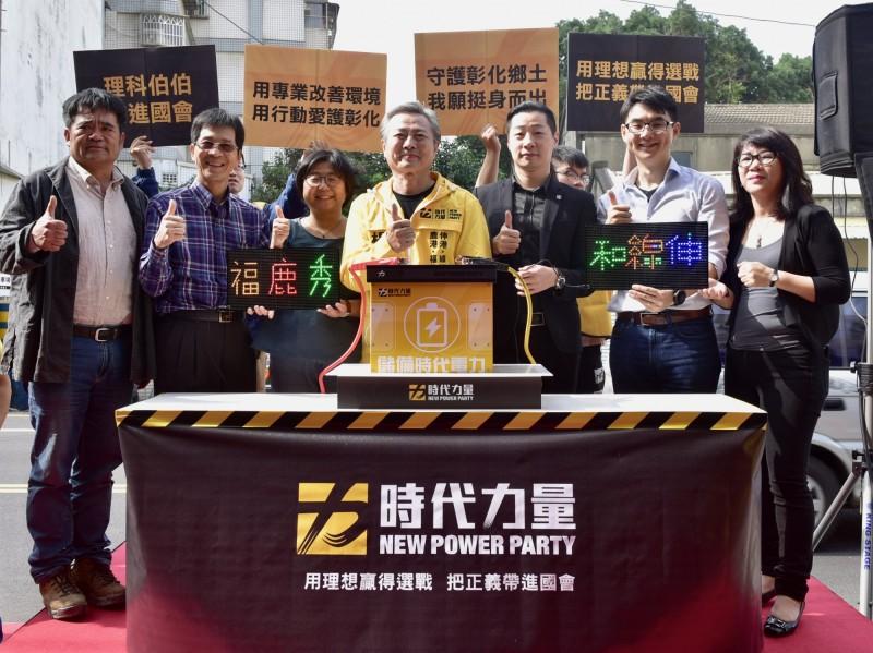 時代力量「理科伯伯」楊澤民(中)運用太陽能點亮選區的LED燈的字樣,立委林昶佐(=右三)也南下站台。(記者劉曉欣翻攝)