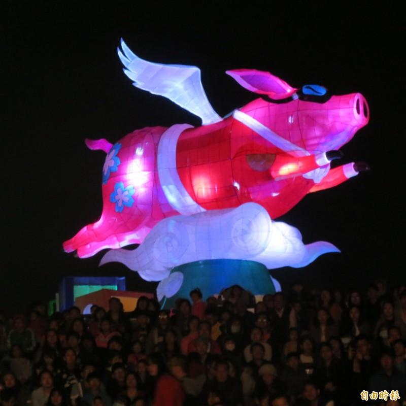 中台灣元宵燈今晚點燈,飛天豬超酷炫,吸引三萬多人次參觀(記者蘇金鳳攝)