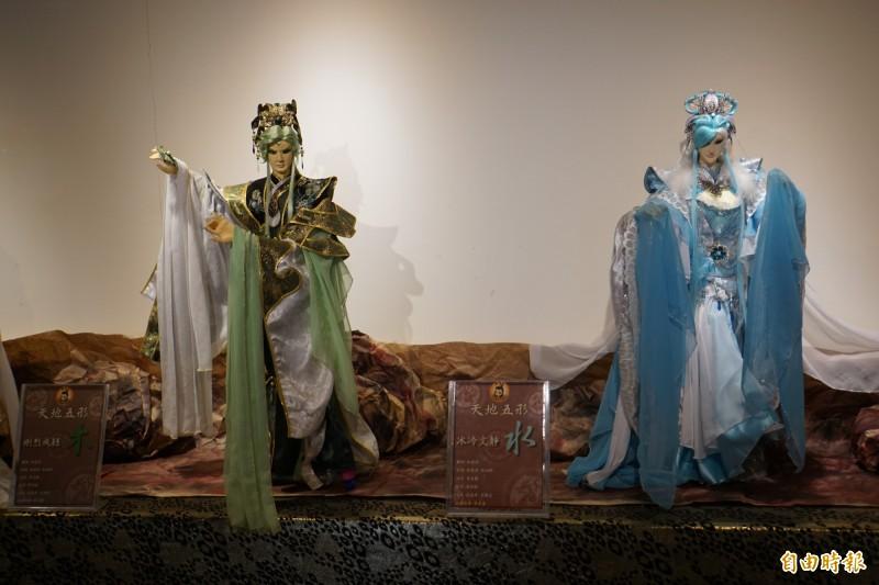 百年工藝,傳承與創新」布袋戲偶特展,有徐建彰精心創作的天地五形金木水火土等大型布袋戲偶展出。(記者詹士弘攝)