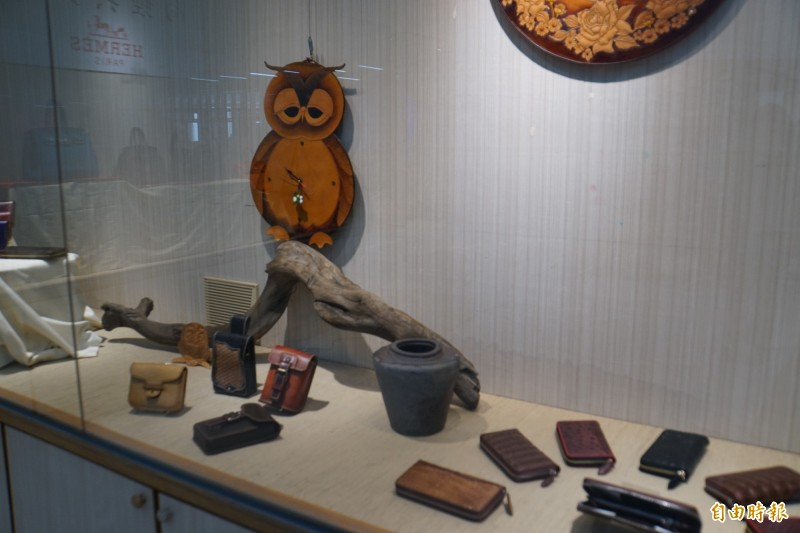 「風華絕代.皮雕藝術展」,作品題材十分豐富。(記者詹士弘攝)