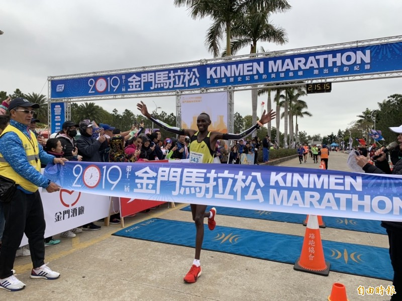 2019金門馬拉松男子冠軍喬治(George Mbugua Ngure)抵達終點,成績刷新大會紀錄。(記者吳正庭攝)