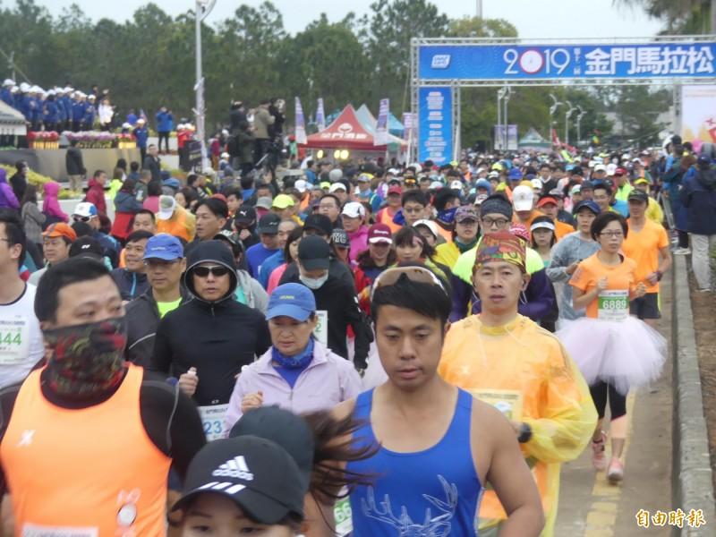 金門馬拉松競賽組吸引十九個國家、近八千名選手參加,今晨鳴槍起跑時人龍久久不能散去。(記者吳正庭攝)