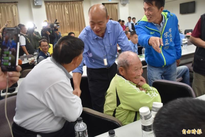 韓國瑜因行程延誤,遲到1小時才趕抵彌陀區漁會,他趕緊跟漁民握手致歉。(記者蘇福男攝)