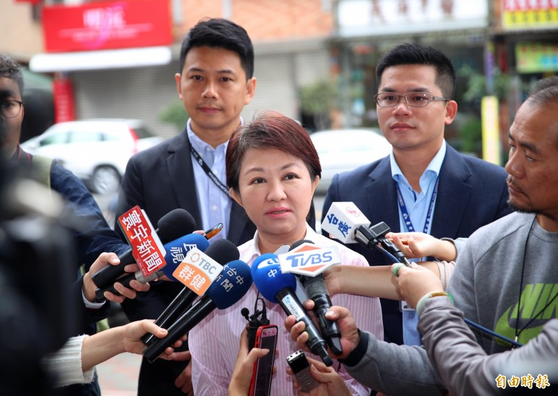 針對兩岸協議內容必須公投一事,台中市長盧秀燕盧秀燕(中)表示,總統大選就是公投。(記者張菁雅攝)