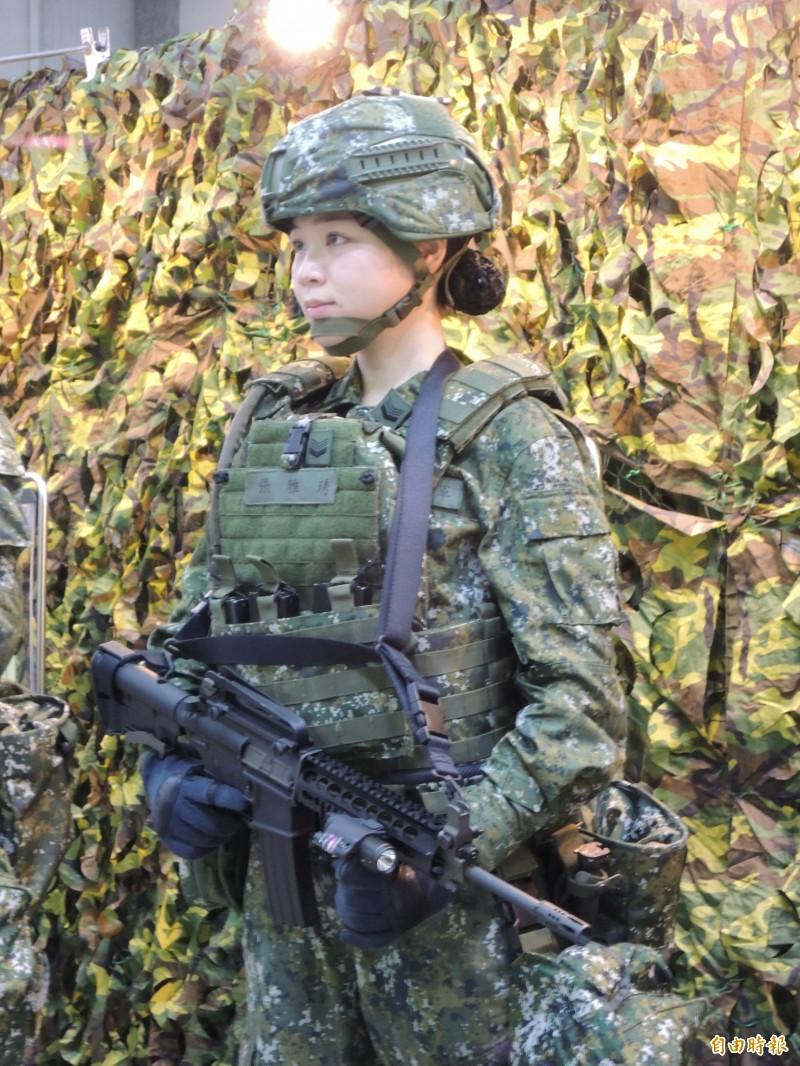 軍方官兵展示新式戰鬥個裝。(記者羅添斌攝)