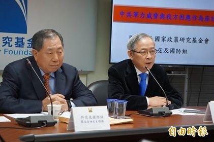 國家政策研究基金會召集人林郁方(右)、前國安局長蔡得勝(左)。(記者涂鉅旻攝)