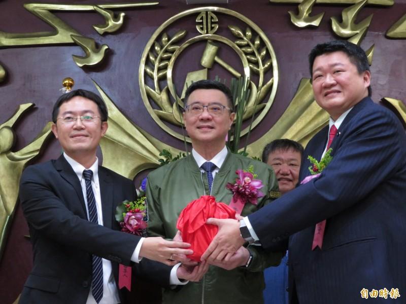 新北市議員何博文(右)接棒李坤城(左),接任黨團總召集人,黨主席卓榮泰到場監交。(記者何玉華攝)