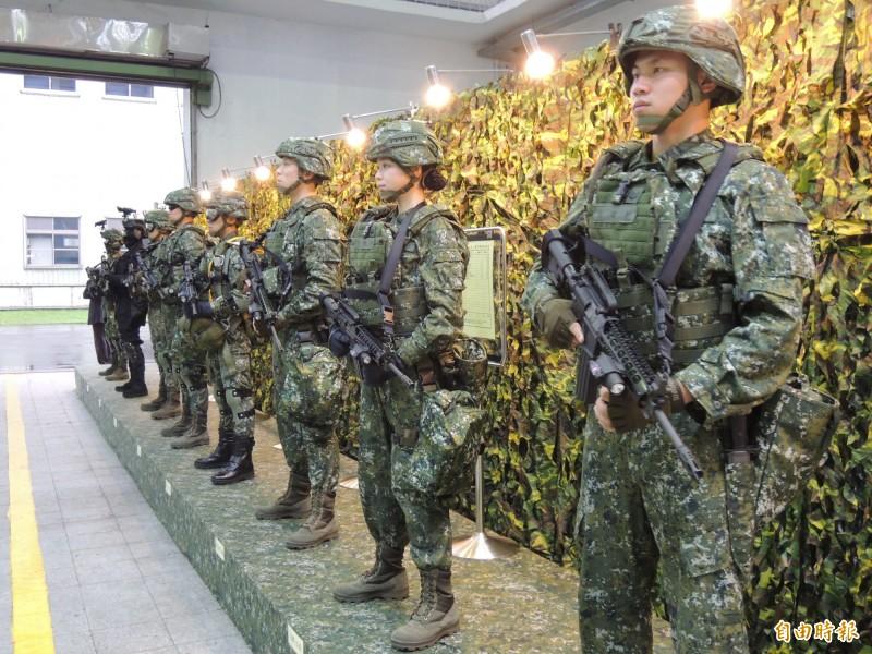 三軍部隊官兵的戰鬥個裝,配備不同,全套的價格也就不一樣。(記者羅添斌攝)