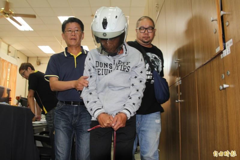 涉嫌猥褻殺害成大女研究生的清潔工林榮富(中)被檢方起訴求處死刑。(資料照,記者王俊忠攝)