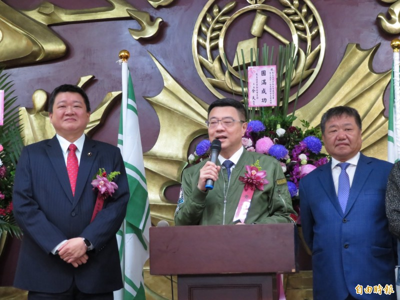 新北市議員何博文(左)接任民進黨團總召集人,民進黨主席卓榮泰(中)到場監交,右為新北市議會議長。(記者何玉華攝)