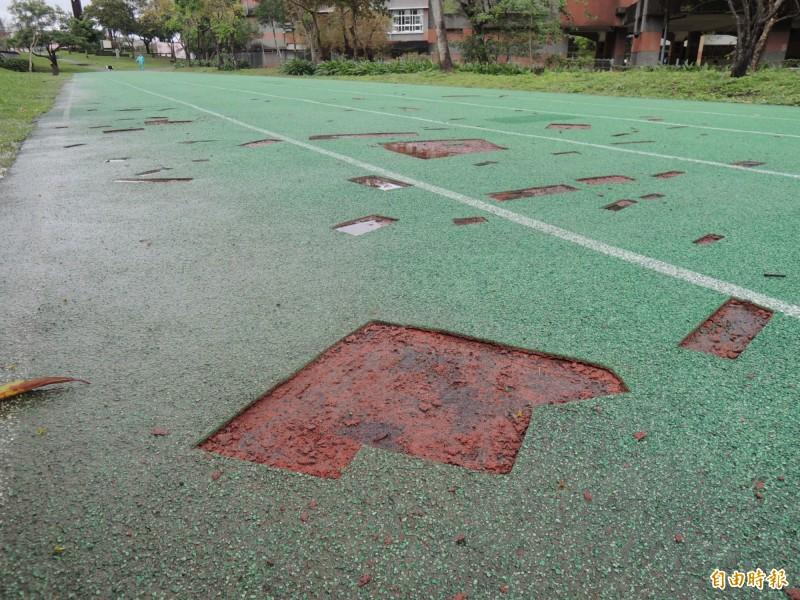 羅東極限運動場直線跑道PU鋪面,出現數十個破洞,宜蘭縣文化局證實是包商施工裁切。(記者江志雄攝)