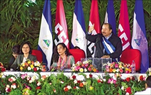 我中美洲友邦尼加拉瓜因血腥鎮壓遭國際孤立,19日尼加拉瓜國會通過來自台灣的1億美元貸款案,外交部今表示是基於人道考量。圖為蔡總統2017年出席尼加拉瓜總統奧蒂嘉就職典禮。(資料照,美聯社)