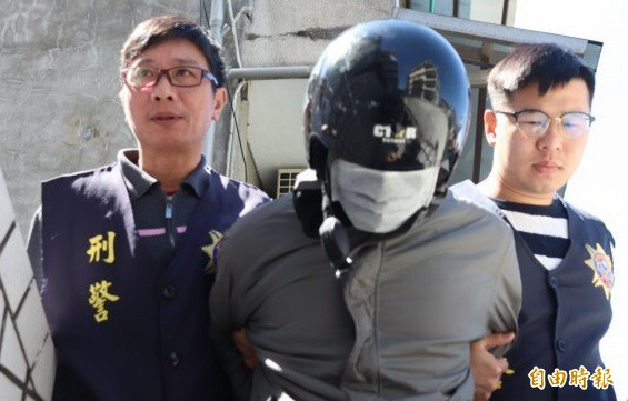 曾受三棲特種訓練的邵招明(中)前科累累,去年於宜蘭市犯下強盜案遭判8年徒刑。(資料照)