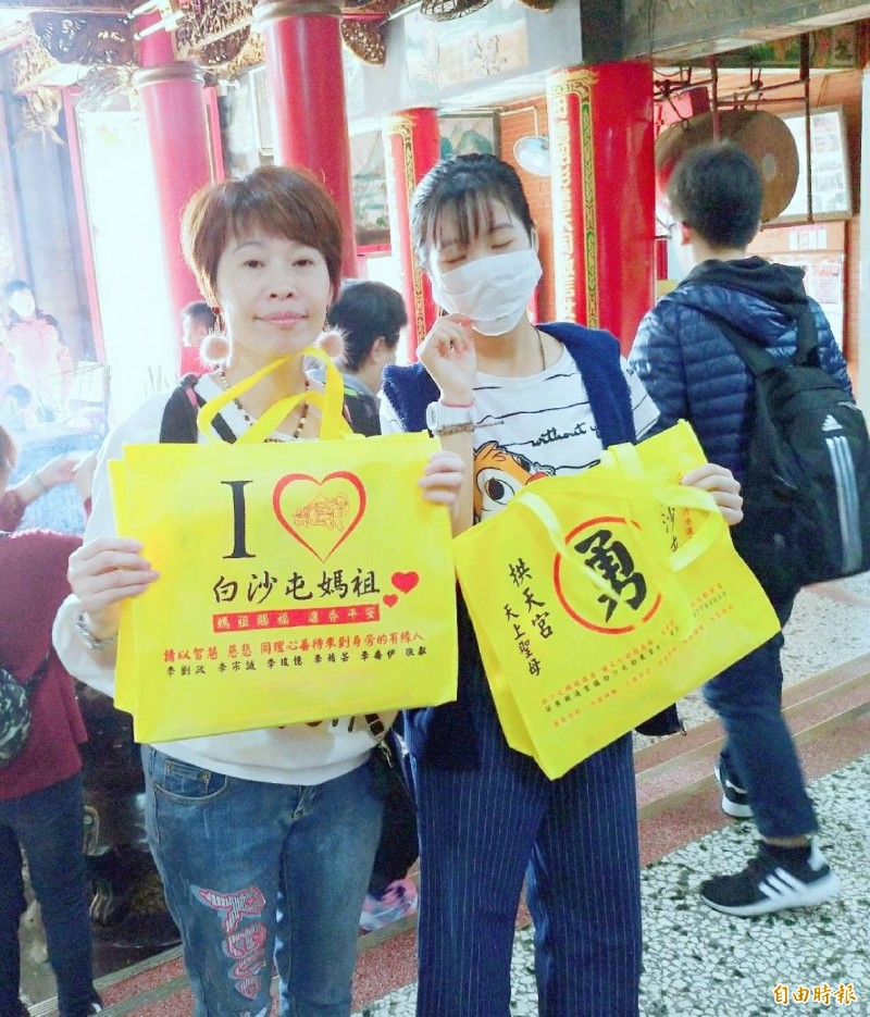 信奉白沙屯媽祖的李小姐(左)捐贈2萬個環保袋要送香燈腳。(記者廖淑玲攝)