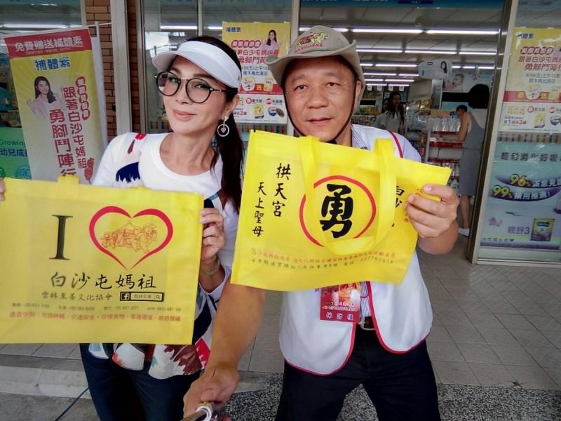 由雲林至善文化協會設計的白沙屯媽祖環保袋,去年連藝人陳美鳳(左)拿到場都讚不絕口。(記者廖淑玲翻攝)
