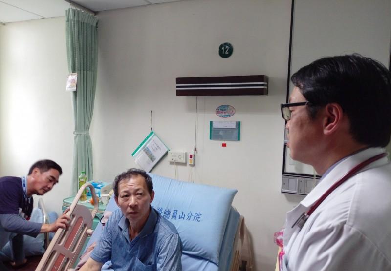 宜蘭市58歲簡姓男子(中),因為上腹部不適來員山榮民醫院檢查,被發現罹患罕見的胃神經分泌瘤,且有肝癌指數飆升的情況,院方稱是全球首例。(員山榮民醫院提供)